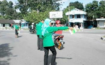 Sejumlah pegawai Kejaksaan Negeri Kasongan membagikan stiker dan pamflet berisi himbauan agar tidak korupsi kepada pengguna jalan di Bundaran Revolusi Kasongan, Jumat (9/12).BORNEONEWS/ABDUL GOFUR