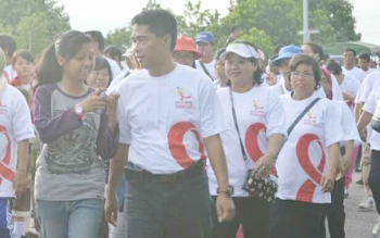 Masyarakat antusias mengikuti jalan sehat yang mengampanyekan bahaya HIV/AIDS yang diadakan Komisi Penanggulangan AIDS Lamandau, beberapa waktu lalu. Berdasarkan VCT, sepanjang 2016, Lamandau nihil HIV/AIDS. BORNEONEWS/HENDI NURFALAH