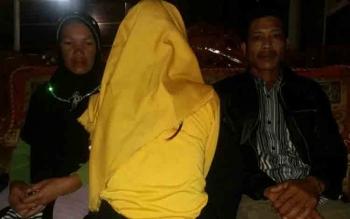 Korban perkosaan (membelakangi kamera) takut melapor kepada orang tuanya. Kini perkaranya ditangani Polsek Kotawaringin Lama. BORNEONEWS/DOK