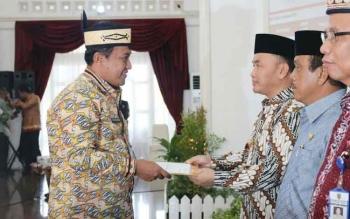Bupati Pulang Pisau Edy Pratowo saat menerima DIPA dari Gubernur Kalimantan tengah H Sugianto Sabran. BORNEONEWS/JAMES DONNY
