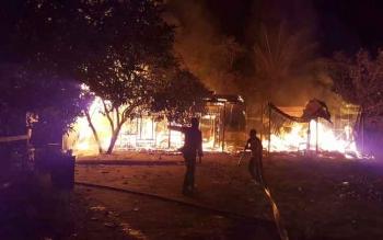 Sejumlah petugas pemadam kebakaran sedang berusaha memadamkan api yang membakar tiga bangunan hotel lima pintu di Pigmy Raya, Kamis (8/12/2016). BORNEONEWS/HAMIM