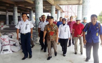 Gubernur Kalimantan Tengah, Sugianto Sabran (depan batik), meninjau perkembangan pembangunan Bandara baru Tjilik Riwut Palangka Raya, Kamis (8/12/2016). Ia ingin memastikan proyek pusat itu, sesuai rencana operasional 2017. BORNEONEWS/MUCHLAS ROZIKIN