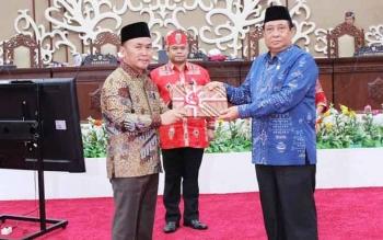 Sugianto Sabran menyerahkan RPJMD kepada Waket DPRD Baharuddin Lisa saat rapat paripurna Kamis kemarin, setelah Gubernur Sugianto mmbacakan pidato pengantar di depan 29 anggota DPRD yang hadir.