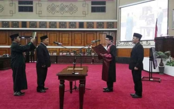Pelantikan Heriansyah menjadi Wakil Ketua DPRD Kalteng dalam rapat paripurna istimewa, Jumat (23/12/2016). BORNEONEWS/ROZIKIN