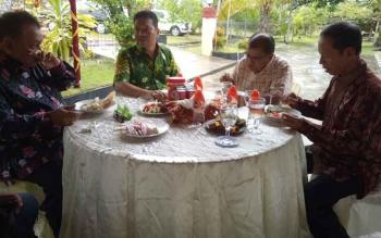 Bupati Sukamara Ahmad Dirman bersama tamu undangan lainnya saat menikmati makanan dalam acara Open House Kapolres Sukamara AKBP Rade Mangaraja Sinambela. BORNEONEWS/NURHASANAH