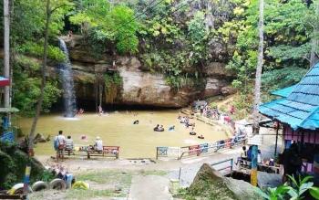 Masyarakat saat berwisata di tempat wisata Air Terjun Batu Mahasur, Selasa (26/12/2016). Tempat wisata itu masih menjadi favorit bagi warga Kuala Kurun dan sekitarnya.
