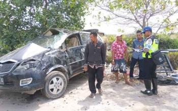 Satlantas Polres Sukamara menangani kecelakaan tunggal di Kecamatan Pantai Lunci. Kasat Lantas Polres Sukamara, Iptu Azmi Halim Permana, Senin (26/12/2016), mengatakan, kecelakaan lalu lintas selama 2016 meningkat. BORNEONEWS/NORHASANAH