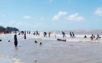 Ribuan Pengunjung Padati Pantai Anugrah Sukamara