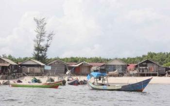 Perahu kelotok untuk mencari ikan di laut terpaksa ditambatkan di tepi pantai. Kepala Desa Ujung Pandaran, Aswin Noor, Senin (26/12/2016) mengungkapkan para nelayan tidak melaut karena gelombang tinggi. BORNEONEWS/M. HAMIM