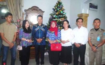 Bupati Barito Utara H Nadalsyah dan Istri Hj Sri Hidayati di Rujab Wakil Bupati Barut, Ompie Herby, dalam rangka Open House Natal 2016, kemarin. BORNEONEWS/PPOST/AGUS SIDIK