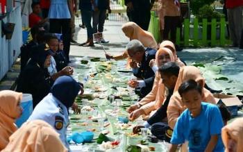 Kalapas bersama pegawai dan warga binaan makan bersama beralaskan daun pisang. Kepala Lapas Klas IIB Pangkalan Bun, Arief Gunawan, Senin (26/12/2016), mengungkapkan, 21 Napi binaannya dapat remisi natal 2016. BORNEONEWS/FAHRUDDIN FITRIYA
