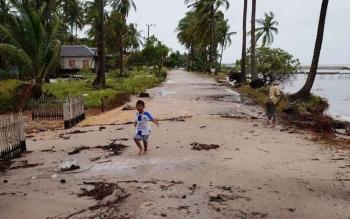 Jalan Desa Keraya, Kecamatan Kumai, Kotawaringin Barat, yang terkena abrasi. Jalan penghubung antardesa itu bakal diaspal mulai 2017. BORNEONEWS/DOK