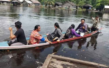 Tim monitoring Kecamatan Dadahup melakukan tinjau lapangan mengunakan perahu terkait pengakuan sumur bor dan dermaga tidak bisa dilaksanakan akibat banjir. BORNEONEWS/DJEMMY NAPOLEON