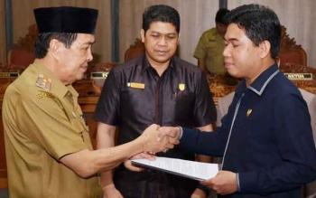 Ketua DPRD Kotim Jhon Krisli saat menyerahkan hasil pembahasan rencana pembanguan jangka menengah daerah (RPJMD) Kotim 2016-2021 kepada Wakil Bupati Kotim M Taufiq Mukri, beberapa waktu lalu.