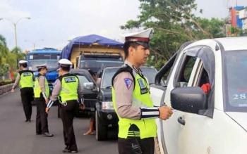 Sejumlah anggota Satlantas Polres Kotim melakukan pemeriksaan terhadap beberapa kendaraan yang melintas.