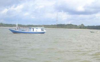 Pantai Citra, Desa Cabang Barat, Kecamatan Pantai Lunci Kabupaten Sukamara. Kapal nelayan tidak bisa langsung bersandar untuk mencapai bibir pantai, karena tidak ada jembatan, atau titian. BORNEONEWS/NORHASANAH