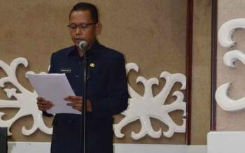 Kabag Sekretariat DPRD Kalteng, Andi Nopianto ditugaskan membacakan SK DPRD dalam sidang paripurna yang dipimpin Wakil Ketua DPRD, Heriansyah. BORNEONEWS/M. MUCHLAS ROZIKIN