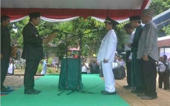 Bupati Katingan, Ahmad Yantenglie saat melantik Kepala Desa Tewang Papari, Bambang Irawan, Rabu (28/12/2016). BORNEONEWS/ABDUL GOFUR