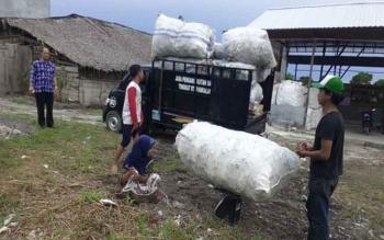 Proses penimbangan sampah plastik yang dijual warga kepada Bank Sampah Berkah Jaya Plastindo, Pangkalan Bun, Rabu (28/12/2016). Mulai sekarang jual saja sampah ke Bank Sampah. BORNEONEWS/CECEP HERDI/ISTIMEWA