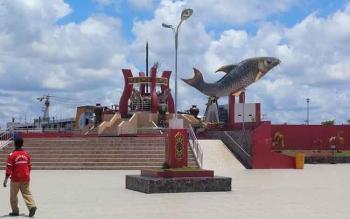 Patung ikan Jelawat ikon Kota Sampit, tempat favorit warga menikmati suasana sore hari. Kata Wakil Bupati Kotim, Taufiq Mukri, Rabu (28/12/2016), pihaknya menggagas event regional baris-berbaris untuk menarik wisatawan. BORNEONEWS/RAFIUDIN