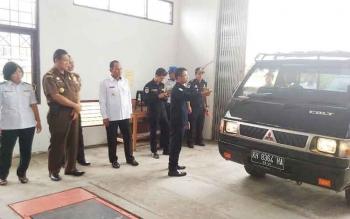 Bupati Gunung Mas Arton S Dohong (tengah baju putih) bersama pejabat dari unsur FKPD memantau langsung pengujian kelaikan kendaraan bermotor, Rabu (28/12/2016) siang. BORNEONEWS/EPRA SENTOSA