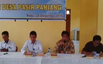 Camat Arut Selatan, Rodi Iskandar (dua kiri), bersama Kepala Desa Pasir Panjang, Tamel, dan perwakilan Dinas Kesehatan, Rabu (28/12/2016), mensosialisasikan bahaya penyakit di tengah iklim cuaca tak menentu. BORNEONEWS/ANDREANSYAH