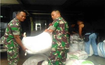 Bantuan dari Kodam XII/Tanjungpura untuk korban bencana banjir di Kota Bima, Nusa Tenggara Barat, dikirim dari Kubu Raya, Kalimantan Barat, Rabu (28/12/2016). BORNEONEWS/PENDAM TANJUNGPURA