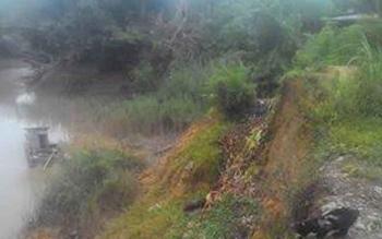 Tanah longsor di RT 03, Desa Sabuh, Kecamatan Teweh Baru, menelan rumah warung, penggilingan padi desa, dan badan jalan. BORNEONEWS/RAMADANI