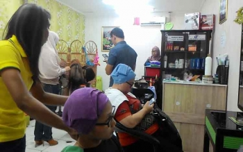 Stylish di Kenta Salon, Palangka Raya Mall (Palma) mempraktikkan teknik pewarnaan pixelush sesuai arahan Ovwo, Rabu (28/12/2016). Teknik Pixelush diperkirakan ngetren tahun 2017. BORNEONEWS/TESTI PRISCILLA