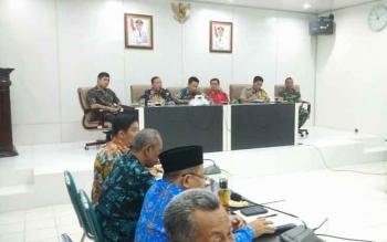 Bupati Barito Utara, H. Nadalsyah memimpin rapat koordinasi dengan pihak terkait, Kamis (29/12/2016), menyikapi postingan akun MAA di Facebook yang mengadung unsur SARA. BORNEONEWS/RAMADANI