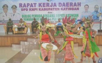 Tarian Dayak menggambarkan panen padi (panen parai) tampil dalam pembukaan Rakerda DPD KNPI di Gedung Salawah Kasongan, Kamis (29/12).BORNEONEWS/ABDUL GOFUR