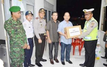 Bupati Kapuas Ben Brahim S Bahat memberikan bingkisan saat meninjau Pos Pelayanan Operasi Lilin Telabang 2016.
