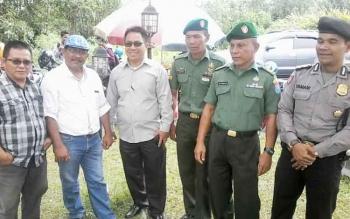 Sapta Tjita (tiga dari kiri) foto bersama Ketua Komisi I DPRD Karyadi (dua kiri) dan anggota TNI serta Polri saat menghadiri Rakerda DPD KNPI di Salawah Kasongan, Kamis (29/12).BORNEONEWS/ABDUL GOFUR