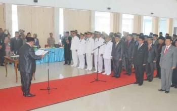 Bupati Sukamara, Ahmad Dirman saat melantik 56 pejabat di aula kantor bupati Sukamara pada Kamis (29/12/2016).
