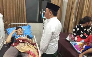 Gubernur Kalimantan Tengah, Sugianto Sabran berkomunikasi dengan sejumlah warga baik keluarga maupun pendamping pasien di RSUD Doris Sylvanus Palangka Raya, Rabu (28/12/2016) malam. BORNEONEWS/M. MUCHLAS ROZIKIN