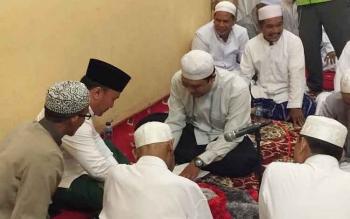 Gubernur Kalimantan Tengah, Sugianto Sabran didaulat menjadi Wali Nikah seorang warga Palangkara Raya, saat menghadiri pengajian dalam rangka Maulid Nabi Muhammad SAW, Rabu (28/12/2016) malam. BORNEONEWS/M. MUCHLAS ROZIKIN