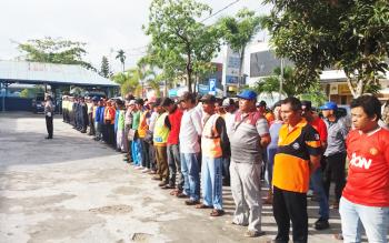 Puluhan juru parkir saat mengikuti Apel Gabungan di Markas Satlantas Polres Kotawaringin Timur, di Sampit, Kamis (29/12/2016). BORNEONEWS/M. HAMIM