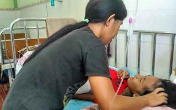 Nur Rahma, gadis kecil penderita Leukimia menangis kesakitan, dalam perawatan di RSUD Sultan Imanuddin Pangkalan Bun, Kamis (29/12/2016). Sang ibu, Ana Pebrianti nampak sabar segera mengelus dan menenangkan putrinya. BORNEONEWS/KOKO SULISTYO