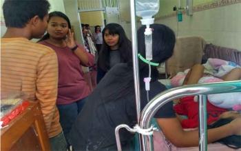 Kunjungan warga Pangkalan Bun, dan sekitarnya, Kamis (29/12/2016) bersimpati pada Nur Rahma (10), gadis kecil penderita leukimia. Anak pertama pasangan Mamat-Ana Pebrianti itu, kini terbaring lemah di RSUD Pangkalan Bun. BORNEONEWS/KOKO SULISTYO