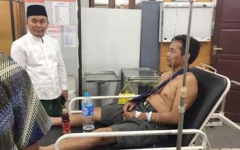 Gubernur Kalimantan Tengah, Sugianto Sabran, mendapati salah satu kepala desa yang celaka dan dirawat inap, saat mengunjungi RSUD Doris Sylvanus, Rabu (28/12/2016) malam. BORNEONEWS/M. MUCHLAS ROZIKIN