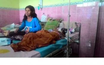 Ana Pebrianti, istri Mamat, menjaga Nur Rahma (10), gadis kecil penderita leukimia, anak pertama mereka dalam perawatan di RSUD Sultan Imanuddin Pangkalan Bun. BORNEONEWS/KOKO SULISTYO/DOK