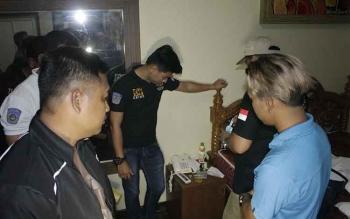 Sejumlah polisi sedang melakukan tes urin dari empat remaja yang digrebek sedang pesta sabu. BORNEONEWS/HAMIM