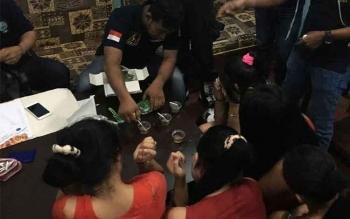 Tim gabungan saat melakukan pemeriksaan kepada sejumlah pemandu karaoke di Hotel Chandra, Pasir Panjang. BORNEONEWS/FAHRUDDIN FITRIYA