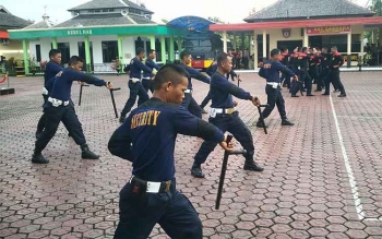 Peragaan teknik borgol dan tongkat yang dilakukan oleh beberapa anggota satpam pada upacara HUT satpam ke36, Jumat (30/12/2016). BORNEONEWS/RAMADHANI