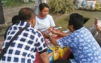 Para wartawan di Kota Palangka Raya, Jumat (30/12/2016), menyerahkan tali asih kepada Syakila (28), ibu penyandang disabilitas. Janda beranak satu itu, berdagang snack anak-anak untuk menghidupi keluarganya, BORNEONEWS/RONI SAHALA