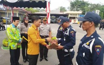 Bupati Kotim Supian Hadi didampingi Wakil Bupati Taufiq Mukri dan Kapolres Kotim AKBP Hendra Wirawan sedang memberikan penghargaan kepada tiga satpam yang berprestasi karena menggagalkan pencurian. BORNEONEWS/HAMIM