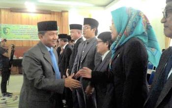 Wali Kota Palangka Raya HM Riban Satia menyalami Pejabat Pimpinan Tinggi Pratama yang baru dilantik, Jumat (30/12/2016) kemarin. BORNEONEWS/TESTI PRISCILLA