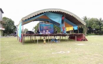 Panggung pusat hiburan rakyat menyongsong tahun baru 2017, salah satunya disiapkan Pemkab Lamandau, di Lapangan Kartawana, Nanga Bulik, Sabtu (31/12/2016). BORNEONEWS/HENDI NURFALAH