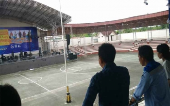 Bupati Barito Utara, H Nadalsyah saat meninjau lokasi puncak perayaan pergantian tahun, di Arena Terbuka Tiara Batara, Sabtu (31/12/2016) siang. BORNEONEWS/RAMADANI