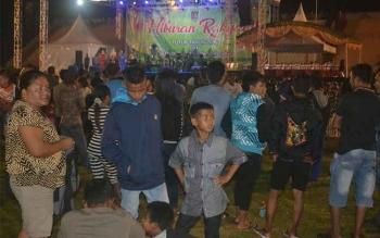 Ribuan warga Katingan tampak sudah menyesaki Lapangan Sport Center Kereng Humbang Kasongan untuk menyaksikan penampilan tiga artis Ibukota Jakarta. BORNEONEWS/ABDUL GOFUR
